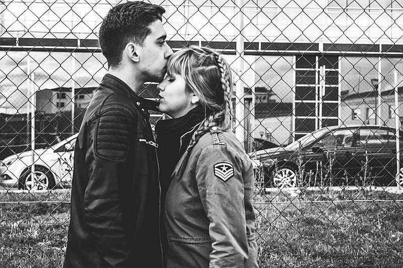 Vemos una mujer  y un hombre  donde el tiernamante le besa la frente
