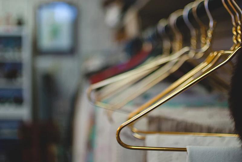 Vemos muchos ganchos de ropa en un perchero