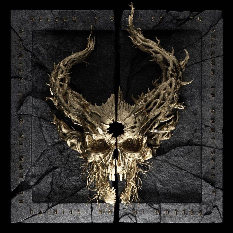 Una carátula donde hay una cráneo con cuernos sostenido en un palo