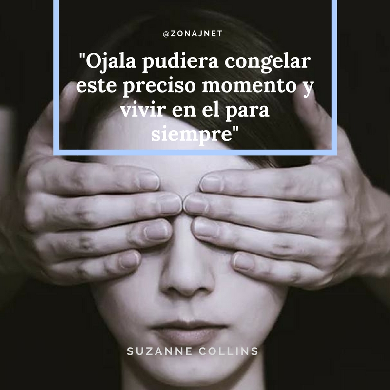A una mujer le tapan sus ojos con las manos