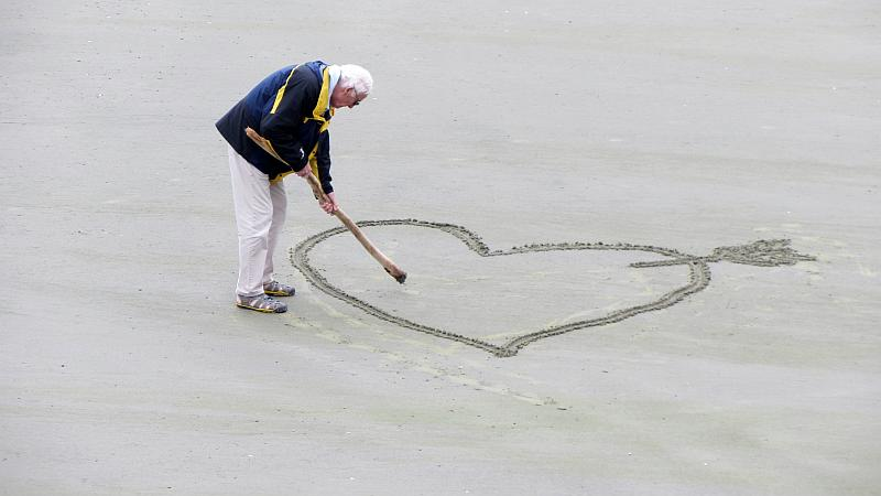 Vemos aun muy mayor con una chaqueta vistosa que en la playa pinta un corazón y le agregara un nombre propio