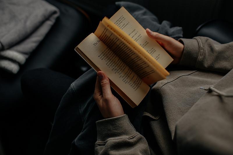 Vemos un hombre que hojea un libro de hojas amarillentas