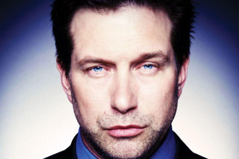 Hombre con barba y ojos azules grandes
