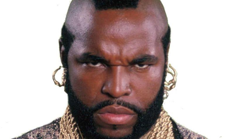 Hombre furioso, con barba y aretes