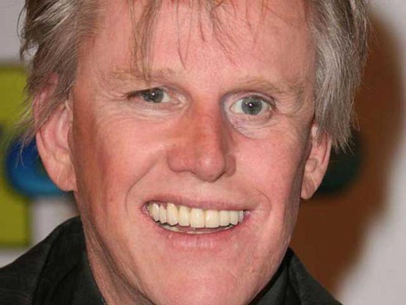 Hombre sonriendo de pelo blanco y ojos claros