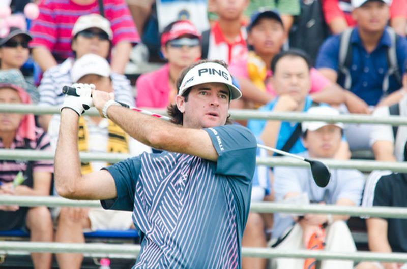 Hombre de pelo largo con gorra jugando golf