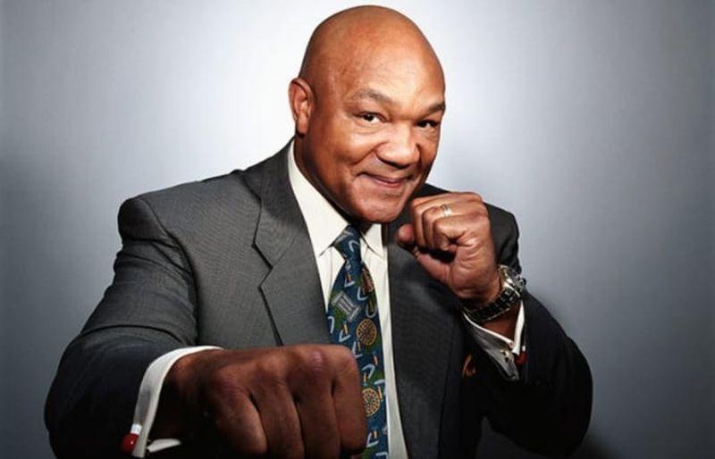 Hombre de traje en posición de boxeo