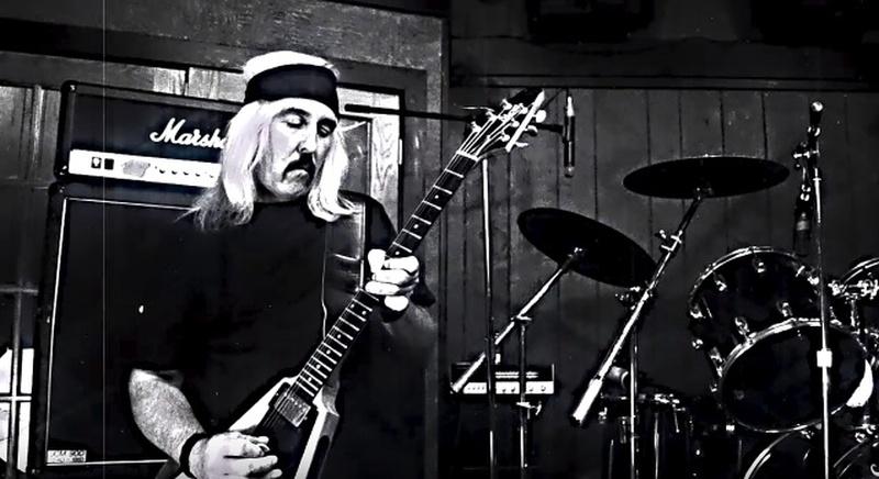 Un músico interpreta su guitarra en un estudio de grabación