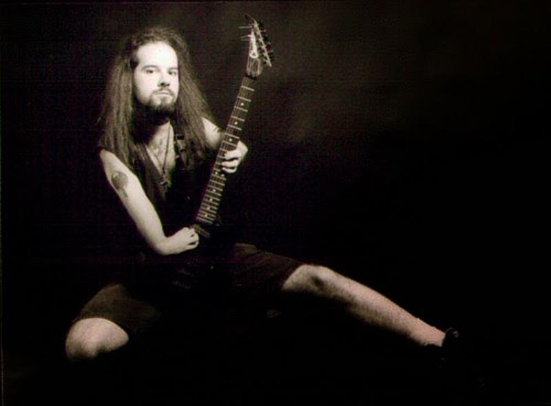 Una  persona con limitaciones físicas que interpreta su guitarra