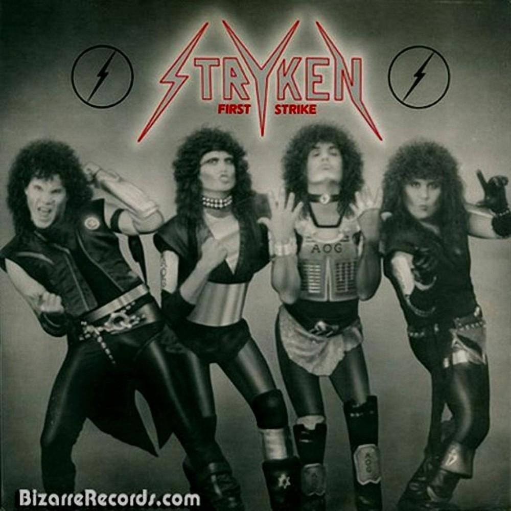 La banda Stryken en la portada de su LP First Strike con un círculo rojo y un rayo que lo cruza en la mitad