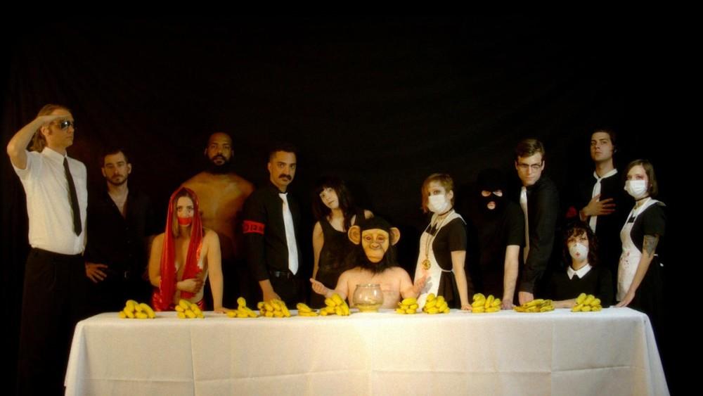 Un grupo de personas personificando a los personas de la Última Cena en una forma inusual l