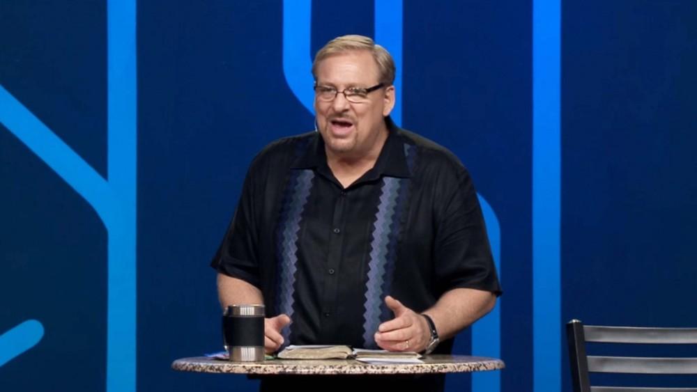 Un pastor predicando la palabra en una iglesia muy tranquilo