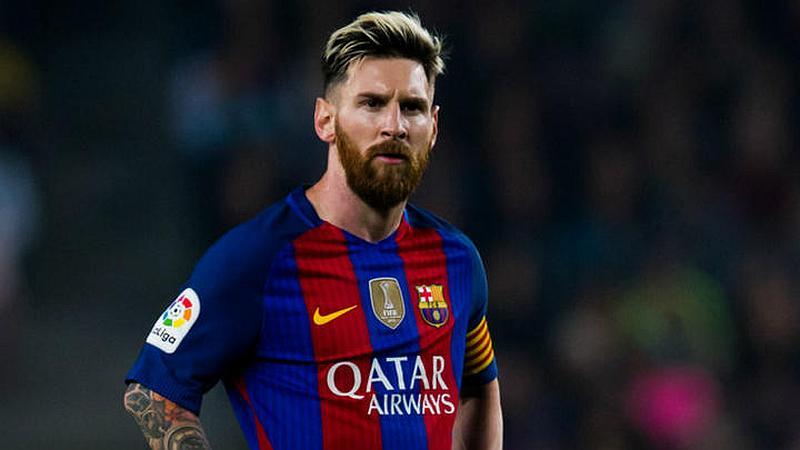 Vemos un futbolista joven con barba que mira rabioso y tiene sus brazos en la cintura