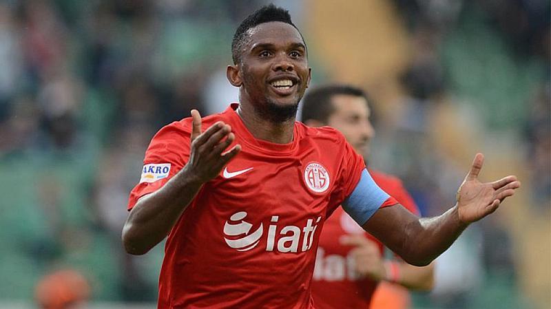 Vemos un futbolista con uniforme rojo que celebra con mucha felicidad
