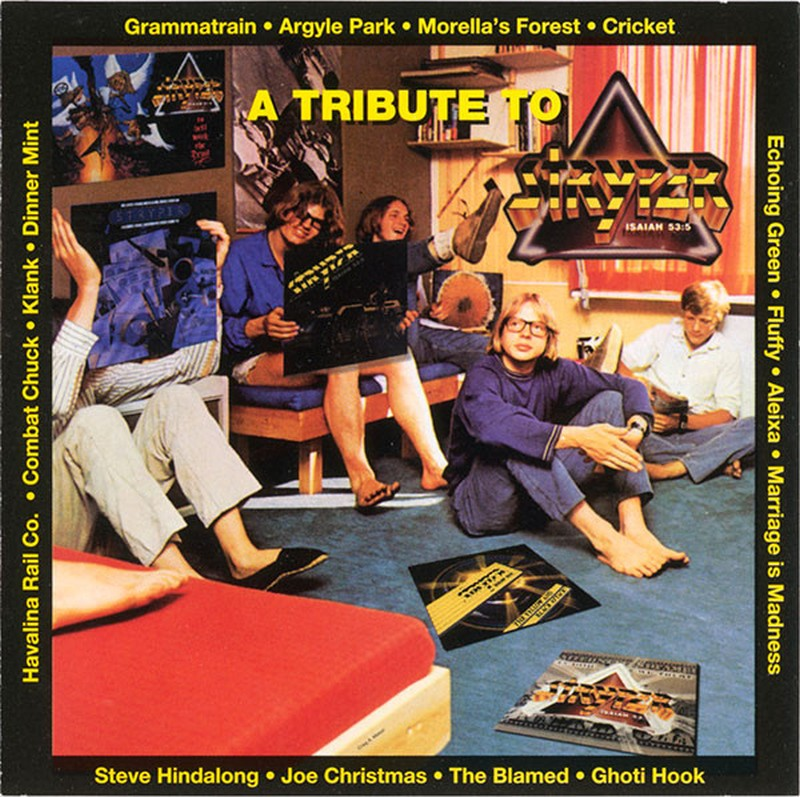 Cinco músicos sentados en el suelo cómodamente y riendo