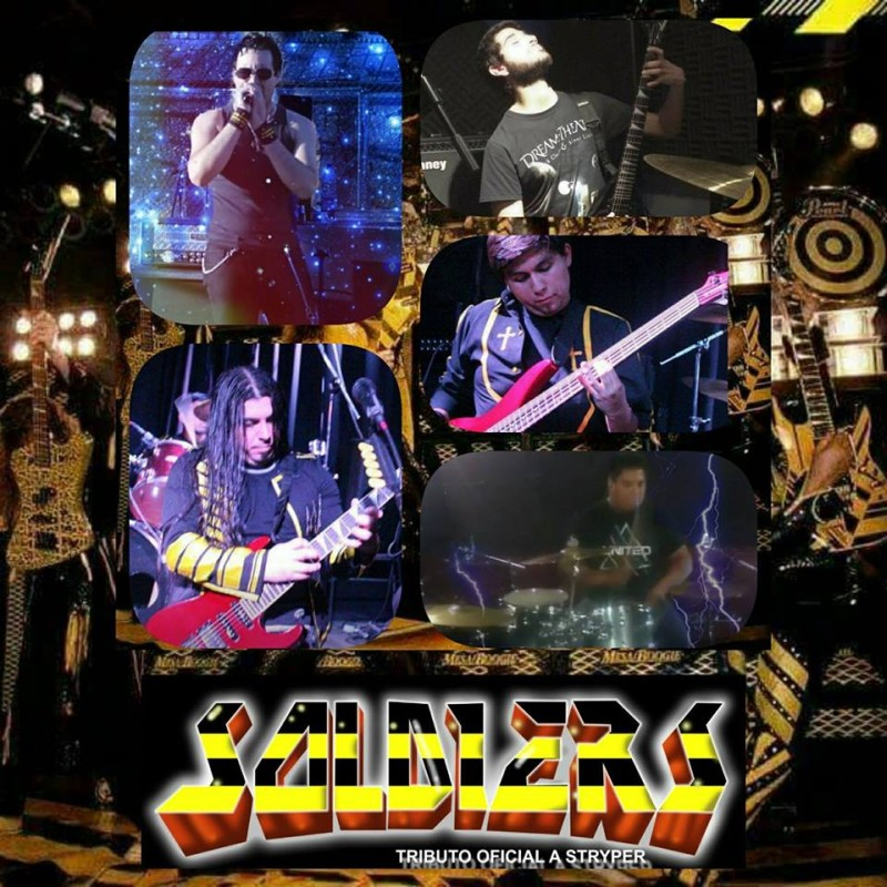 Una banda de rock con cuatro integrantes en concierto