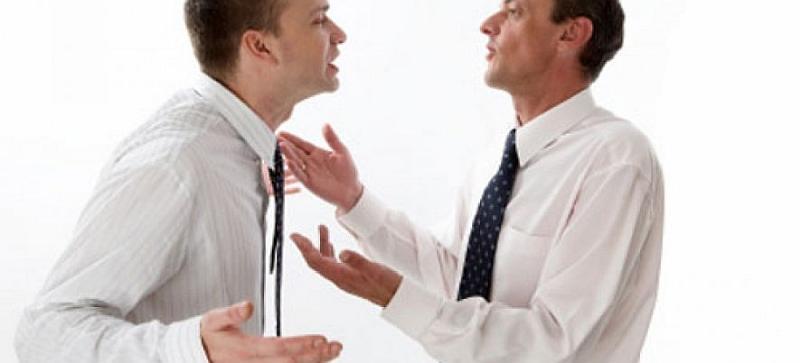 Vemos a dos hombres muy elegantes con sus corbatas y camisas blancas uno habla mas tranquilo el otro se muy malhumorado
