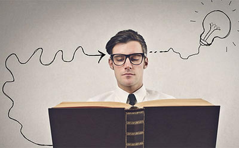Tenemos a una persona con corbata y gafas muy elegante del libro sale un alambre que termina en una flecha que   se arrima  a su sien y de la otra sale un cable que termina en un bombillo