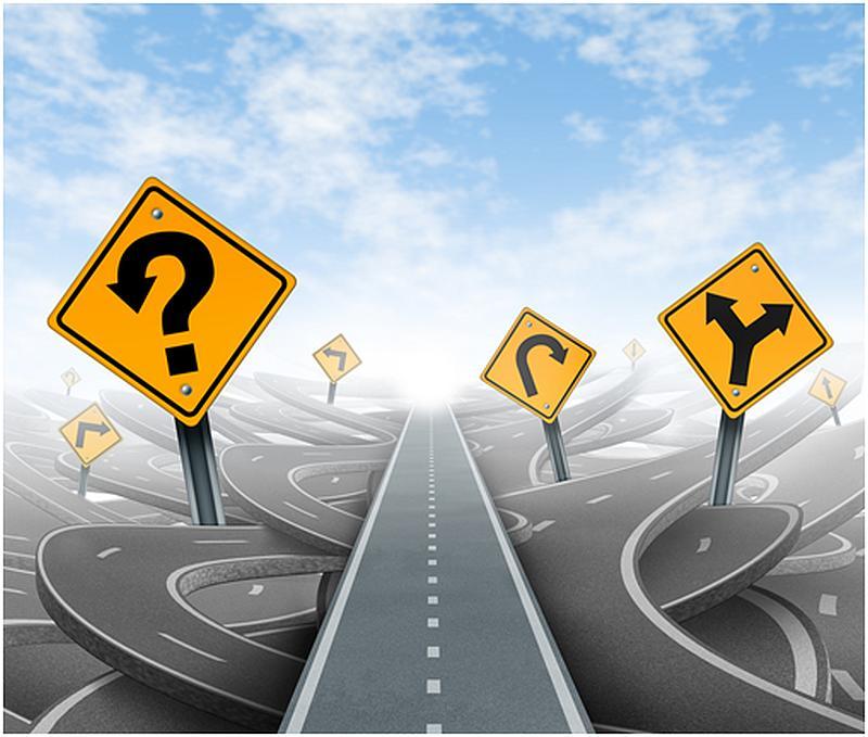 Vemos una complicada avenida con muchas señales de transito gire a la izquierda curva peligrosa  siga en cualquier direccion