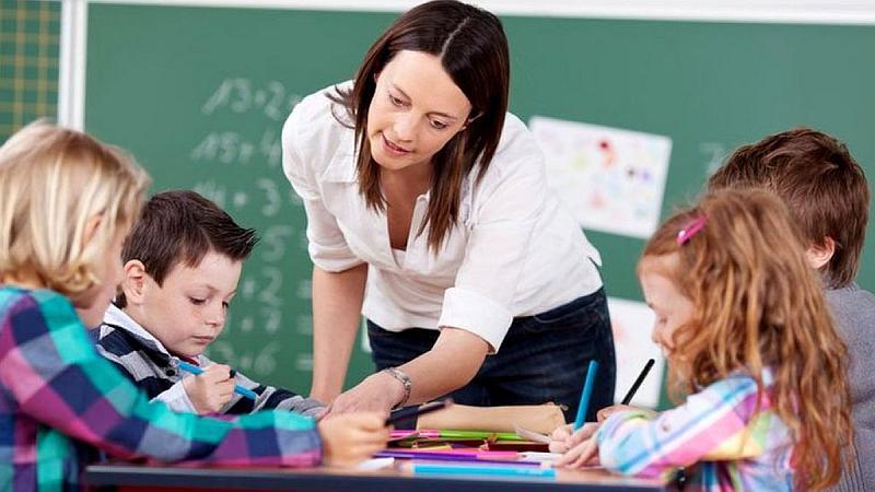 Vemos auna profesora explicar a sus pequeños alumnos