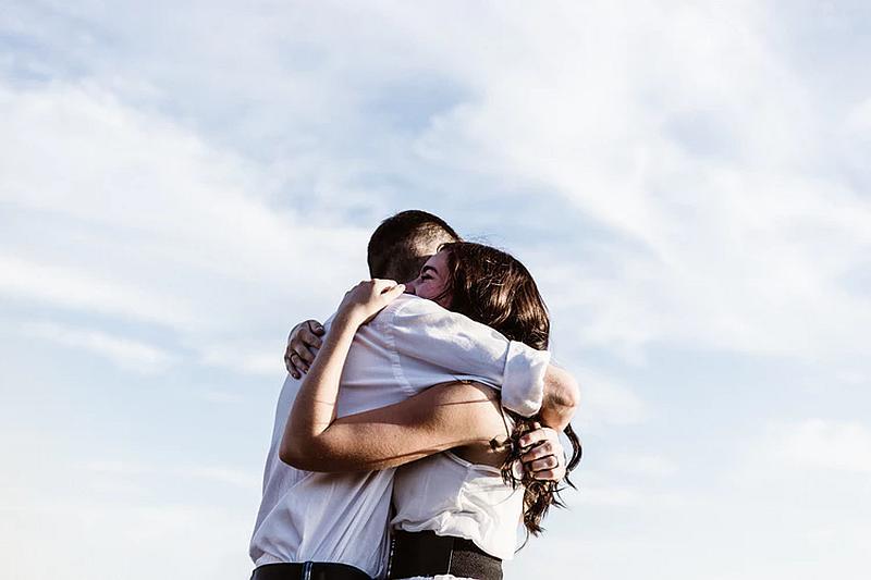 Tenemos auna linda pareja que se abraza feliz