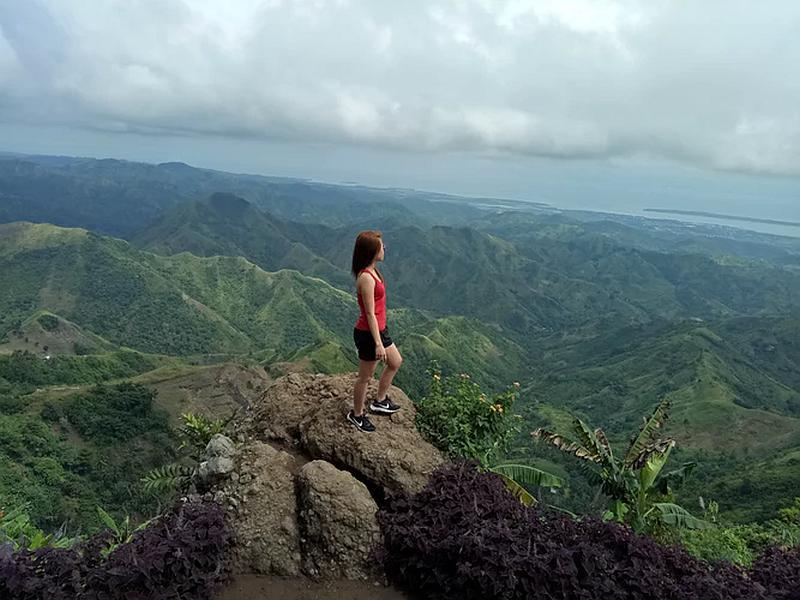 Vemos a una mujer que contempla  el paisaje desde una parte muy alta