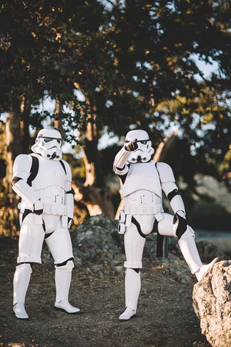 Vemos unas personas dentro de unos trajes especiales  para protegerse de algo