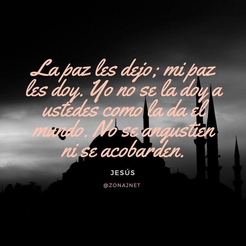 Una gran mezquita y sus minaretes en blanco y negro un dia soleado y un versiculo donde se habla sobre la paz