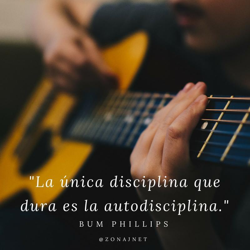 Vemos las manos de una persona que toca la guitarra y un mensaje de autodisciplina
