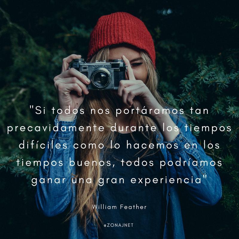 Vemos una mujer rubia con gorro de invierno que obtura su cámara y en letras vemos un mensaje sobre tiempos buenos y difíciles