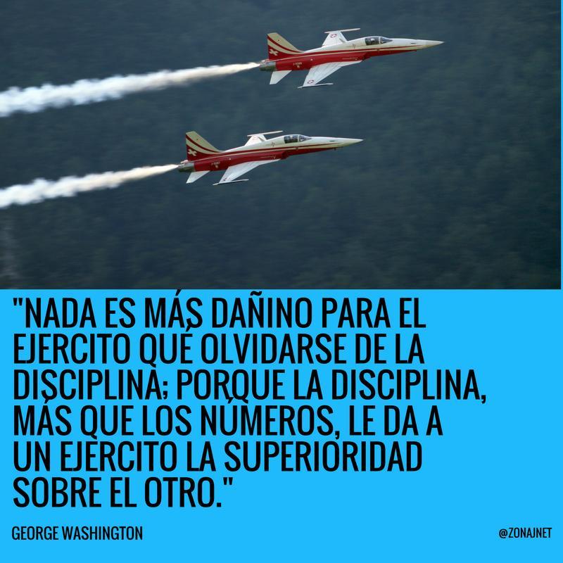 Vemos a dos aviones que avanzan dejando estela de vapor y un mensaje vemos dela importancia de la disciplina en el ejercito