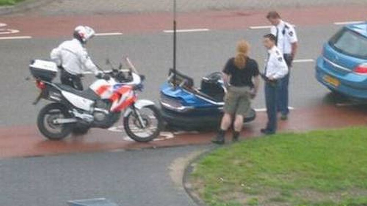 Dos policías y dos personas una moto y un carro chocón entre ellos hablan