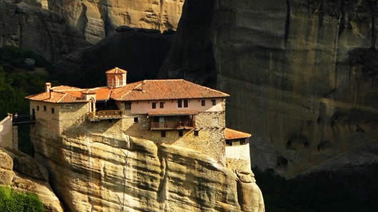 Una casa construida sobre una roca muy alta se ve el abismo