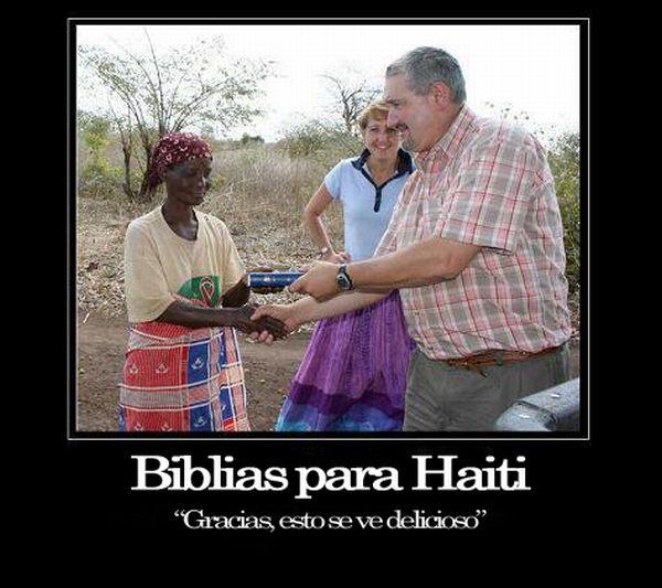 Un hombre y una mujer altos blancos y ella rubia entregan a una mujer de color un libro y ella sonríe