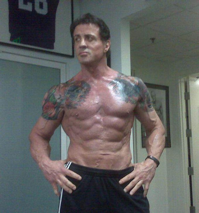 Un hombre no muy joven musculoso y con tatuajes