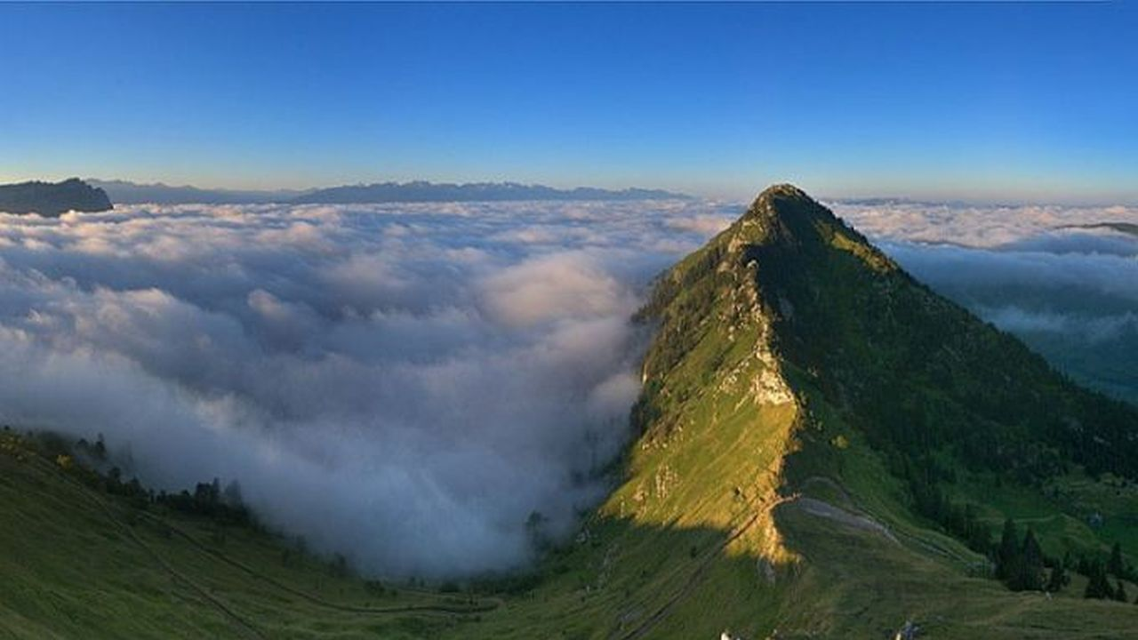Unas nubes o como una neblina tapando un hermoso paisaje y una montaña