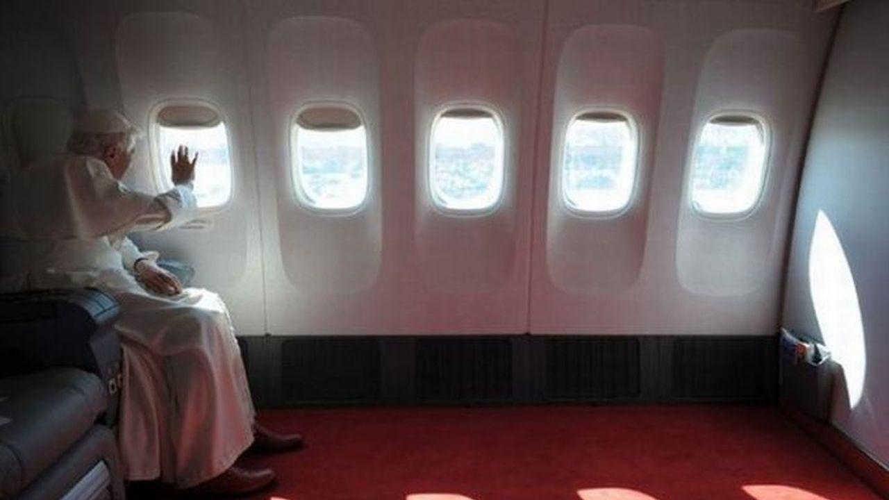 El Papa viajando en un avión con mucho espacio donde esta el