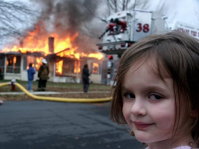 Una casa se esta incendiando y hay una niña con una cara muy maliciosa