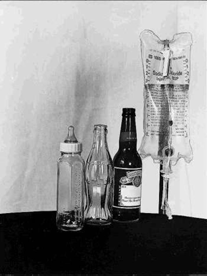 Un tetero, un envase de gaseosa, una botella de vino y una bolsa de suero