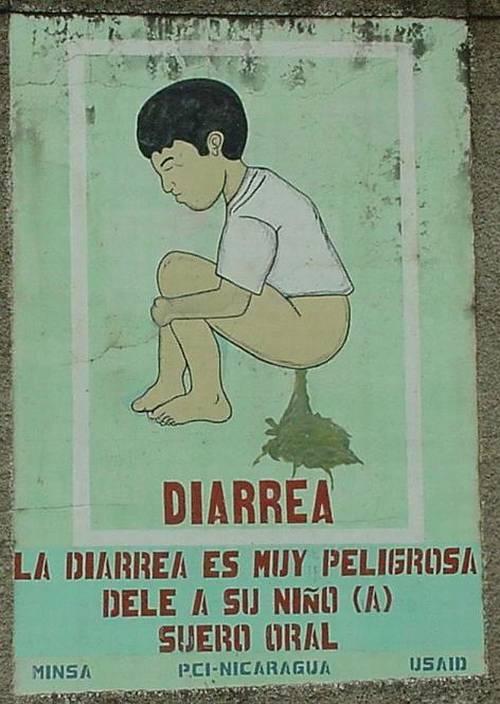 Un joven acuclillado sin pantalones haciendo una gran diarrea
