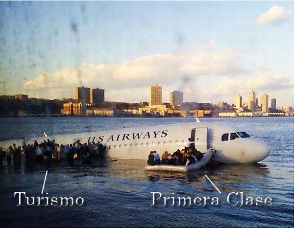 Un avion flotando en el agua con personas que las sacan en unas lanchas