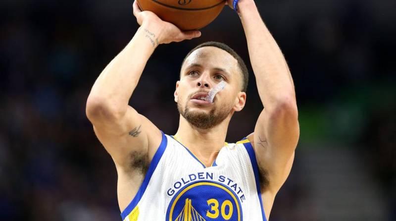 Un jugador mirando arriba esperando que caiga el balón