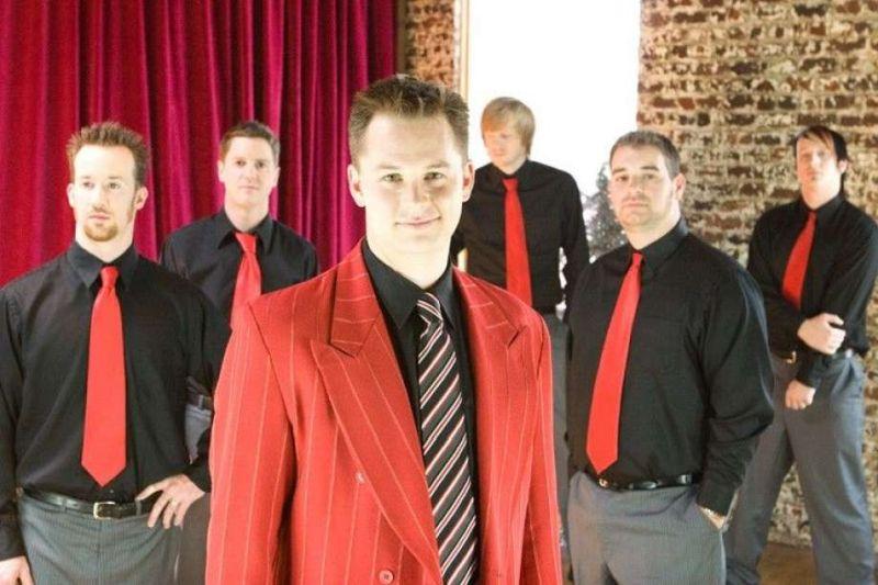 Esta banda de jóvenes con ropas elegantes en color rojo y corbatas alternas en color rojo y negro