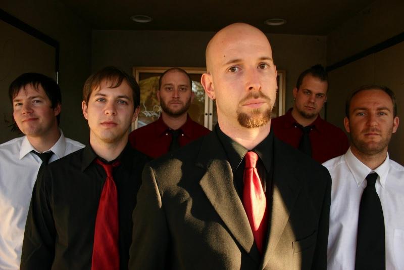 Seis jóvenes muy elegantes que lucen chaquetas y corbatas de forma alternada en tres colores blanco negro y rojo rojo negro