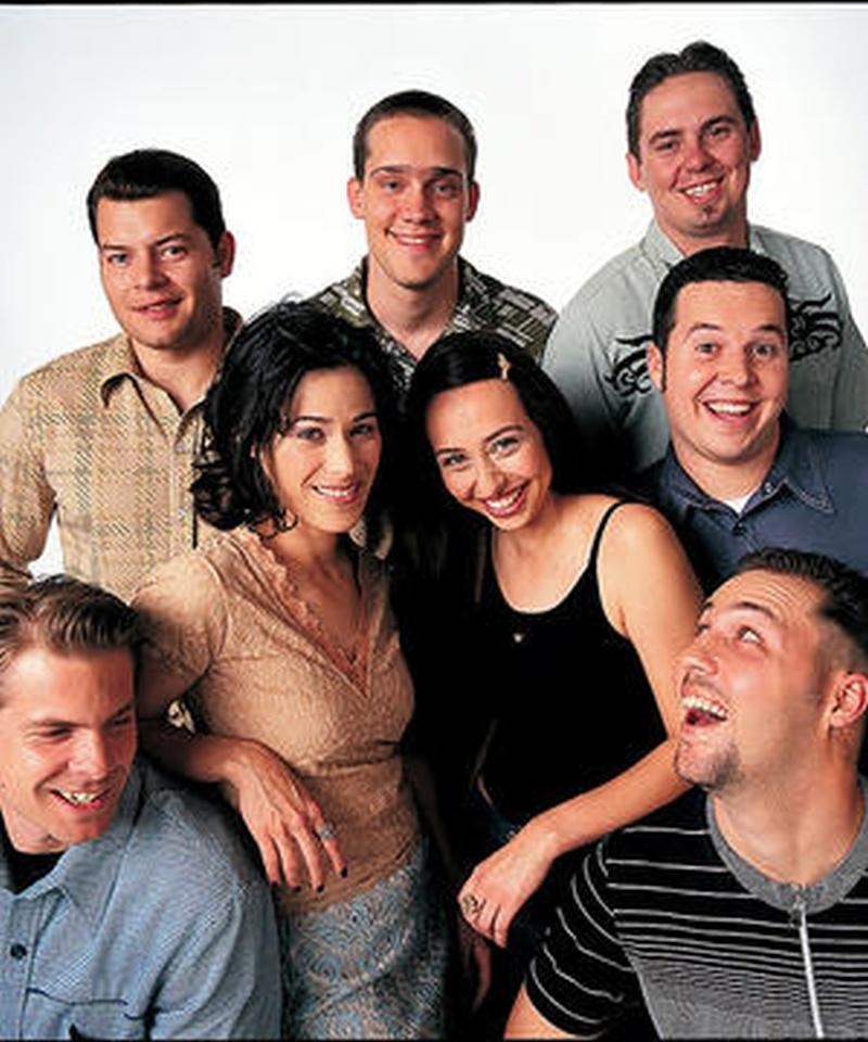 Seis jóvenes con caras muy sonrientes y alegres