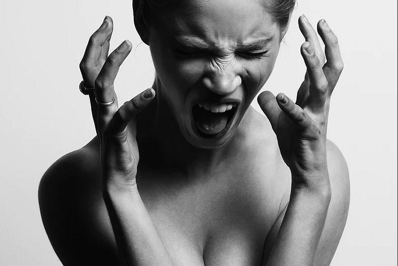 Una persona que nos demuestra una histeria terrible con los gestos de su rostro