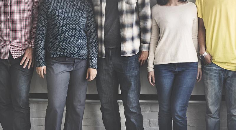 Vemos a cuatro personas dos mujeres dos hombres todos de pie