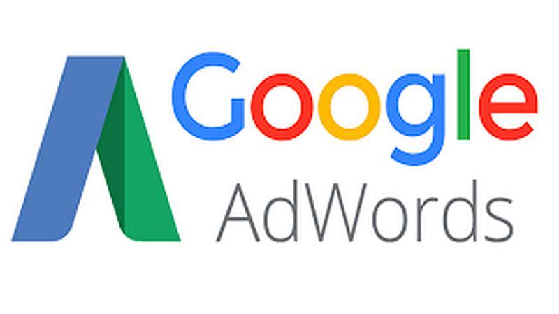 Vemos un fondo color blanco con una figura de un triangulo y la palabra googlel en colores fuertes  y abajo la palabra adwords
