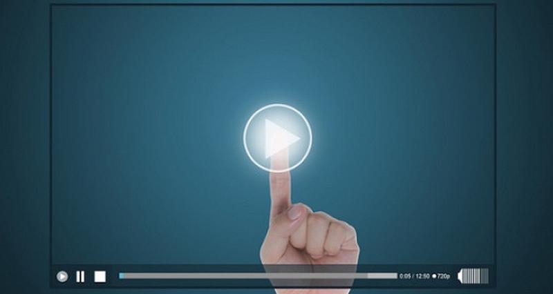 Vemos un computador y vemos una mano que tiene levantado el dedo indice   y sobre el una  luz redonda que ilumina elpunto para dar click  a