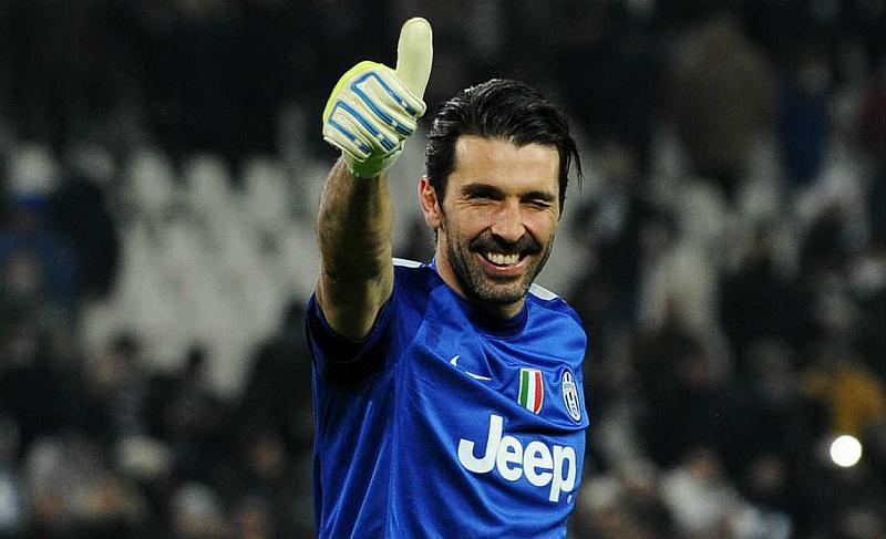 Un jugador de fútbol sonriente que levanta su dedo derecho